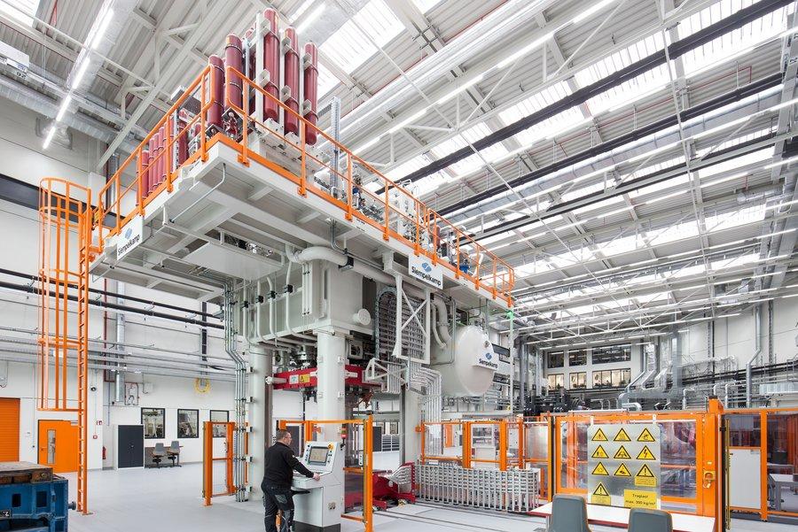 Hybridumformpresse im OHLF-Technikum.