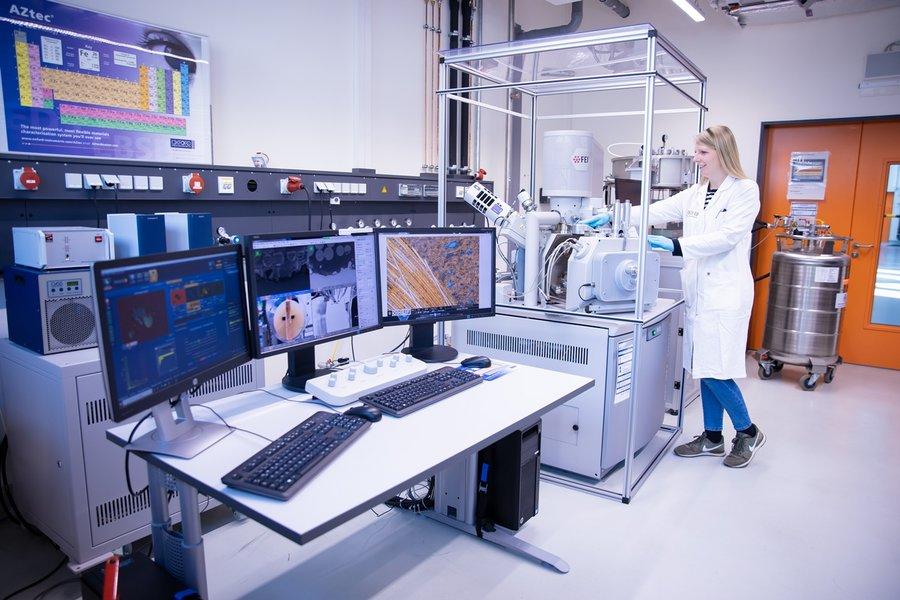Mitarbeiterin im Labor zur Hochauflösenden Bildgebung.