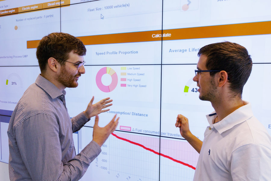 Zwei Mitarbeiter bei einer Analyse im Life Cycle Design & Engineering Lab