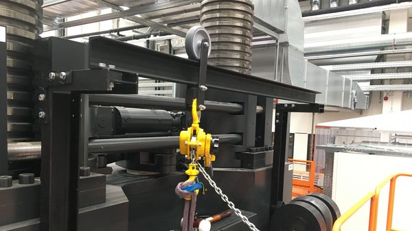Montage der in der eigenen mechanischen Werkstatt konstruierten Vorrichtung für die Hybridspritzgießmaschine Engel v-Duo 3600.