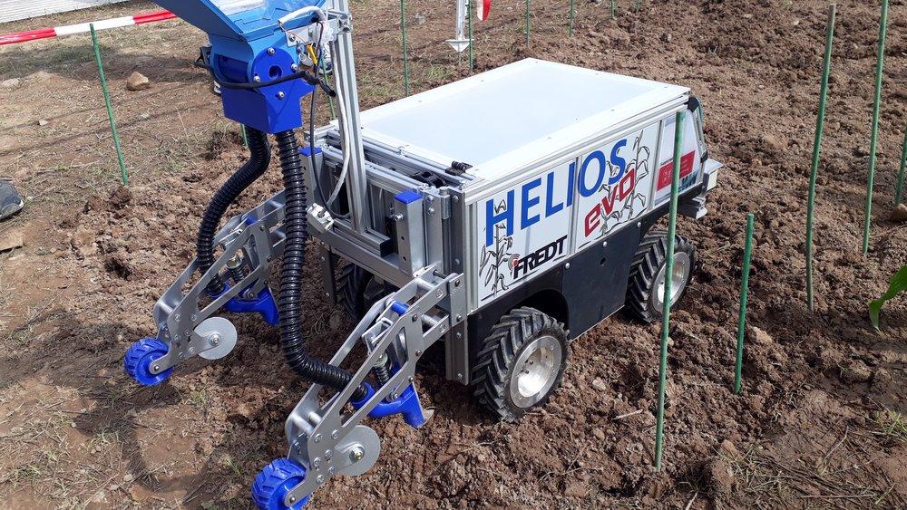 Für den vorderen Arbeitsbereich des Roboters fertigte die OHLF spezielle Bauteile mit Hilfe eines Wasserstrahlschneiders. Bildnachweis: Schattenberg/TU Braunschweig