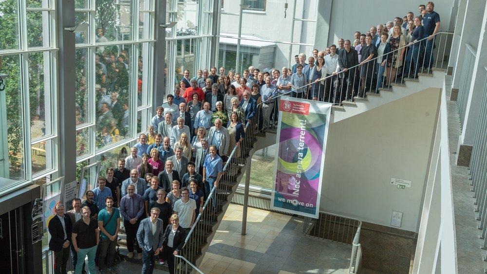 Gruppenfoto einer Vielzahl an Akteuren, die an der Bewerbung zur Exzellenzuniversität mitgearbeitet haben.