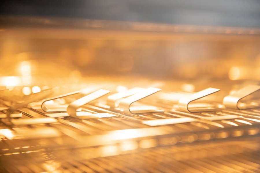 Simulation des Alterungsprozess von gefügten Hybridproben im Ofenraum.