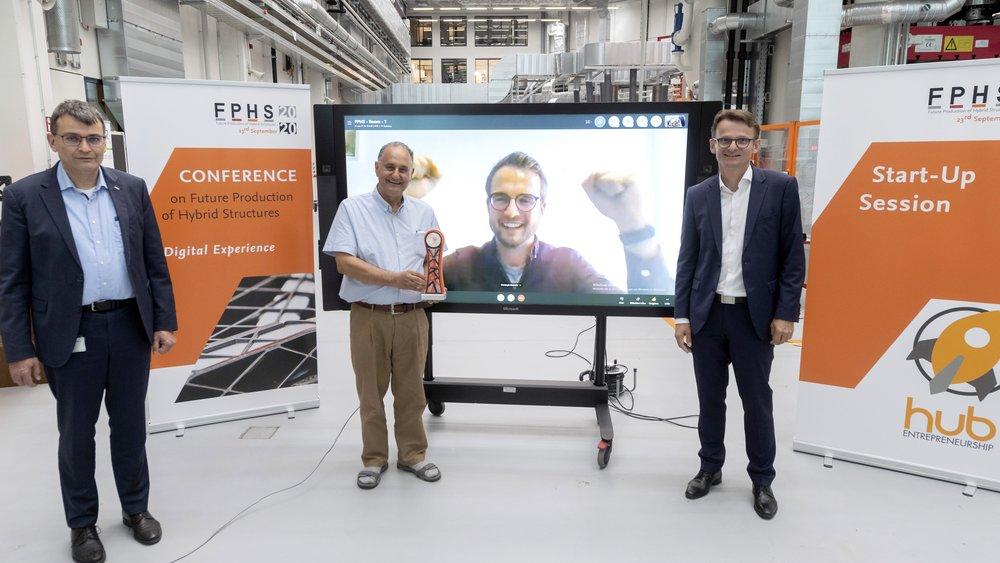Virtuelle Preisübergabe (v.l.n.r.): Prof. Dr.-Ing. Thomas Vietor (TU Braunschweig und Vorstandsmitglied des Open Hybrid LabFactory e.V.), Prof. Dr.-Ing Reza Asghari (Leiter Entrepre-neurship HUB der TU Braunschweig und der Ostfalia Hoch-schule) mit dem erstmalig verliehenen FPHS Start-Up Award, Christoph Kremsier (Yuanda Robotics GmbH), Prof. Dr.-Ing. Klaus Dröder (TU Braunschweig, Konferenzleiter der FPHS und Vorstandsmitglied des Open Hybrid LabFactory e.V.).