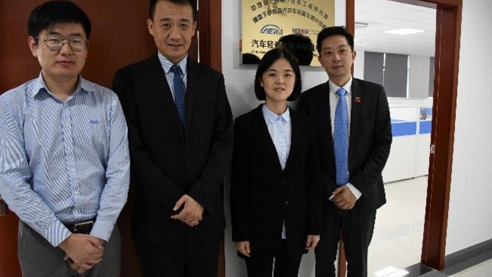 Gemeinsames Büro vor Ort (v.l.n.r.): Hao Wu (Leiter Kooperation), Prof. Xianming Meng (Lehrstuhl Leichtbau der Tongji-Universität), Rui Fang (Leiterin E-Fahrzeuge und Leichtbau), Weijun Lu (Leiter NFF-/OHLF-Repräsentantenbüro in Shanghai). Bildnachweis: CATARC/Shuo Xu