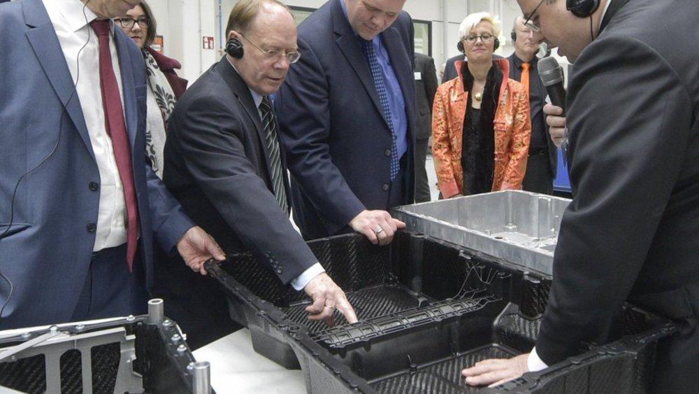 Ein Prototyp des Batteriegehäuses wurde von Niedersachsens Wissenschaftsminister Björn Thümler (3. von links) während eines OHLF-Besuchs im Februar 2019 getestet.