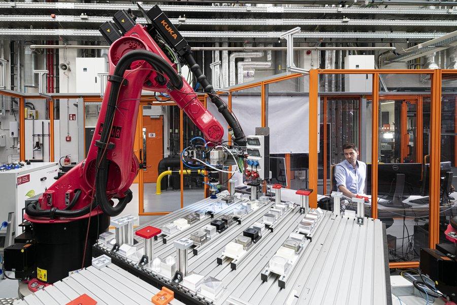 Roboterzelle zur flexiblen Vorkonfektionierung im OHLF-Technikum.