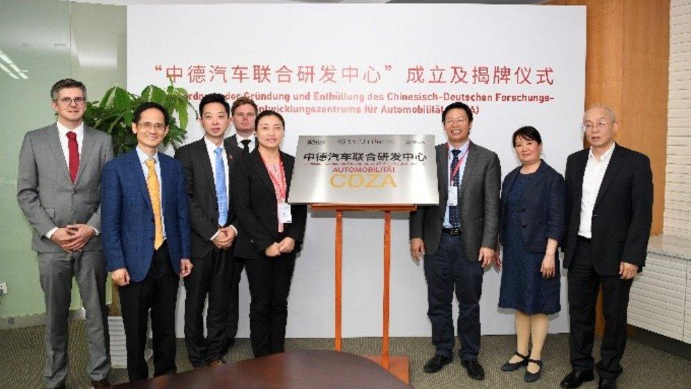 v.l.n.r.: Christian Raulf (TUBS), Prof. Dr.-Ing. WU Zhihong (chinesischer Vizedirektor des CDHK), Weijun Lu (Leiter des TUBS-Büro, NFF und OHLF in China), Filip Vysoudil (TUBS), CAO Jing (Parteisekretärin der SAS), Prof. Dr. ZHANG Lijun (Direktor des CDZA und Dekan der SAS), Prof. Dr.-Ing. CHEN Hong (chinesische Vizedirektorin des CDZA), Prof. Dr.-Ing. ZHANG Tong (chinesischer Vizedirektor des CDZA). Bildnachweis: Tongji Universität/ZHOU Qing